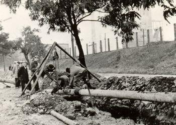 Zdjęcie archiwalne - układanie wodociągu